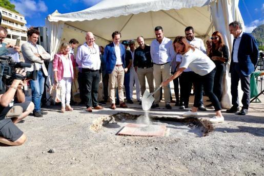 Francina Armengol colocando la primera piedra de la lonja del Port de Sóller, junto a autoridades locales y autonómicas.
