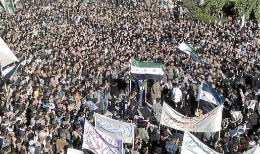Multitudinaria manifestación en la localidad siria de Hula contra el presidente Bachar al Asad.