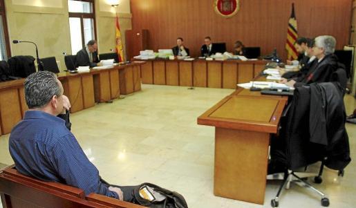 El acusado durante el inicio del juicio celebrado ayer en la Audiencia Provincial de Palma.