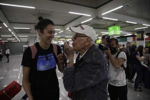 El abuelo de Alba Torrens, Joan, besa la medalla de bronce lograda por su nieta.