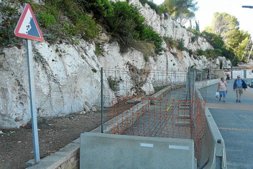 Un tramo del muelle de Porto Cristo está vallado y una señal advierte del peligro de desprendimiento desde hace ya mucho tiempo.