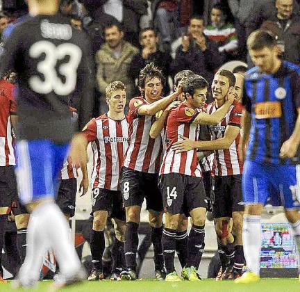 Los jugadores del Athletic celebran uno de los goles.