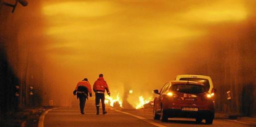 Por primera vez, los bomberos quemaron unas balas de paja dentro del túnel de Son Vic y utilizaron fuego real para el simulacro. Supuestamente, dos coches habían chocado y se habían incendiado.