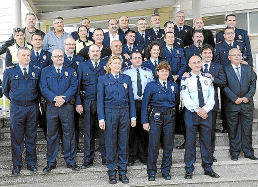 En la imagen de la izquierda, los agentes premiados por sus 25 años en el cuerpo, a la derecha, la unidad nocturna.