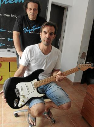 Andrés Salleras e Isaac Vega posan junto a una Stratocaster que tiene insertado el puente móvil que han creado.