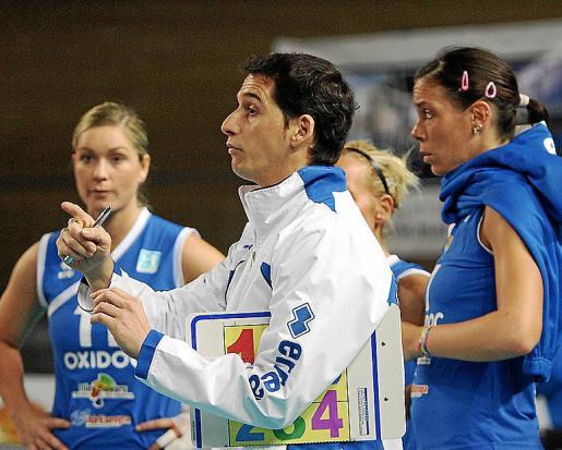 David Pérez da instrucciones a sus jugadoras durante el pasado curso.