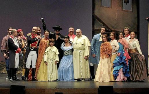 Los actores participantes en la obra, en un ensayo general sobre el escenario del Teatre Principal. Fotos: JOAN TORRES