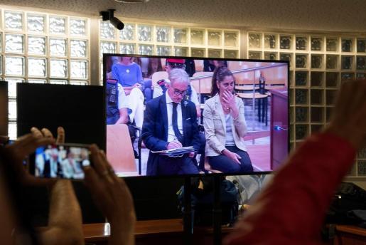 Vista de un monitor de la sala de prensa de la Audiencia de Lleida, durante el juicio por un delito de estafa a Fernando Blanco y Margarita Garau.