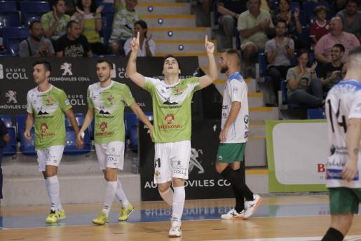 Mati Rosa celebra uno de sus goles ante el Antequera en Son Moix.