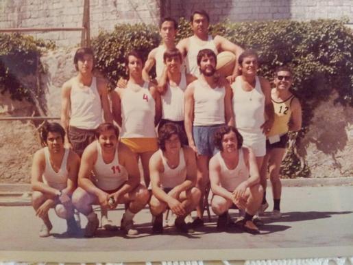 Imagen de Nofre Bennàsar, agachado con la camiseta con el número 11.