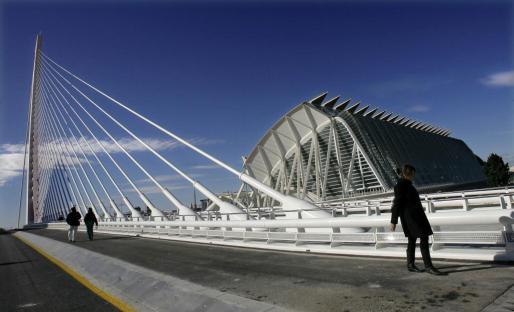 Imagen de uno de los puentes y edificios de la Ciudad de las Artes y las Ciencias de Valencia.
