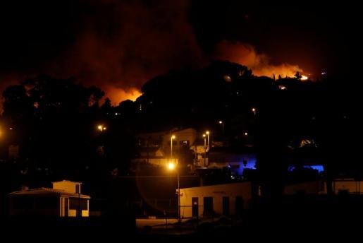Centenares de bomberos luchan contra un gran incendio en Portugal