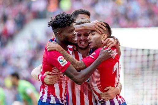 El delantero argentino del Atlético de Madrid Ángel Correa (d) celebra con los compañeros su gol ante el Real Betis.