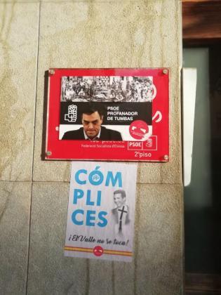 Carteles en la sede del PSOE de Vila