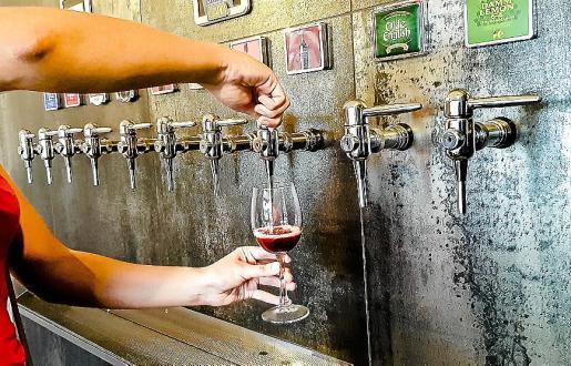 En el Drink las copas se las sirve el cliente.
