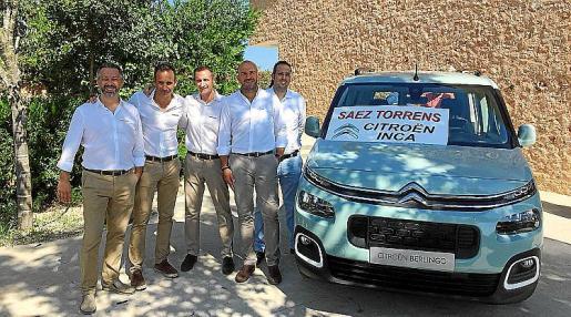 El equipo comercial de Saez Torrens junto al nuevo Berlingo.