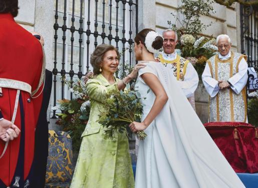 La novia Sofía Palazuelo (d) saluda a la reina Sofía a su llegada al palacio de Liria.