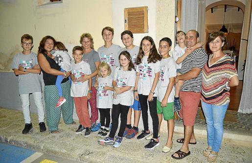 Montse Romero, Carolina Bestard, Biel Pons y Aina Bestard con los niños Andreu, Julia, Joan, Aixa, Pau, Victori, Jaume, Joana, Andreu y Xesc.
