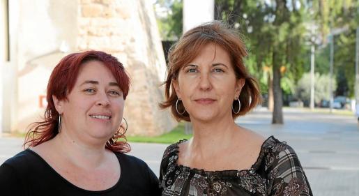 """Francesca Marí (izda.) y Margalida Tur son las comisarias de la muestra """"Ultima Hora: 125 años de periodismo""""."""