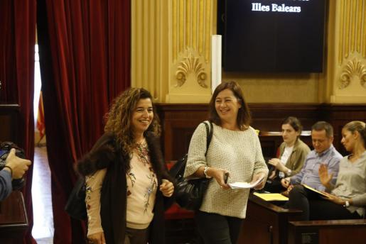 Pilar Costa (i), junto a la líder del Ejecutivo y de su partido, Francina Armengol, en una imagen de archivo.
