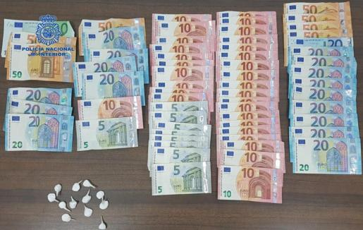 Dinero y droga incautados en el registro del local.