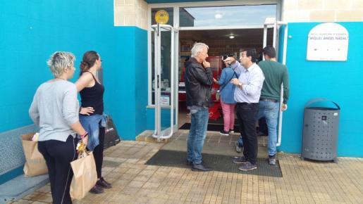Muchísimas personas llevan mantas y alimentos al polideportivo Miquel Àngel Nadal para ayudar a los afectados.