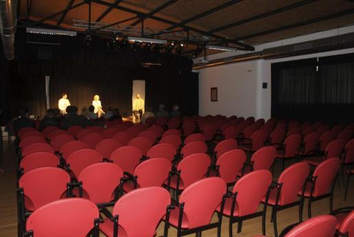 La sala del Casal de Cultura de Inca vacía, con los actores en el escenario y el equipo de gobierno municipal en las primeras filas.