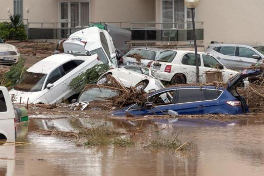 La riada arrastró a muchos coches que han quedado destrozados, con los cristales rotos y que están llenos de ramaje y piedras.