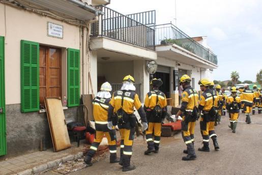 Un efectivo compuesto por militares, policías, bomberos, psicólogos y otro personal de emergencias trabaja sobre el terreno en las zonas afectadas por las inundaciones.