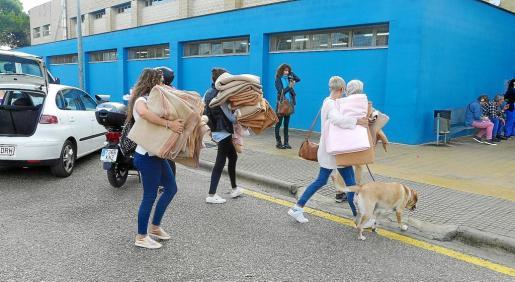 Los vecinos acercaron mantas al pabellón para ayudar a los afectados.  .