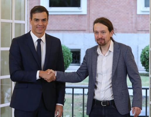 El presidente del Gobierno, Pedro Sánchez (izda), y el secretario general de Podemos, Pablo Iglesias, han firmado este jueves en el Palacio de la Moncloa el acuerdo sobre el proyecto de ley de presupuestos para 2019.