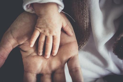 La regulación actual de los permisos de paternidad y maternidad establece 16 semanas para la madre y cinco para el padre.