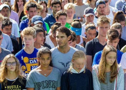 Rafael Nadal, en el centro de la imagen, junto a los alumnos de su academia de Manacor.