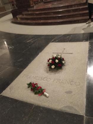 Flores en la tumba de Francisco Franco en el Valle de los Caídos.