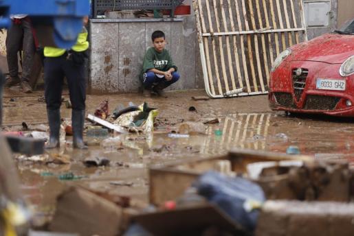 Imagen de un niño afectado por la riada en Sant Llorenç.