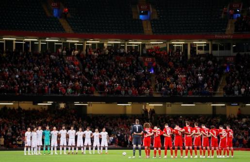 Momento en que los jugadores de España y Gales guardan un minuto de silencio por las víctimas en la riada en Mallorca.