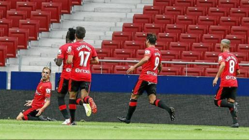 Carlos Castro, a la izquierda, celebra el gol que marcó para el Mallorca en el Wanda Metropolitano.