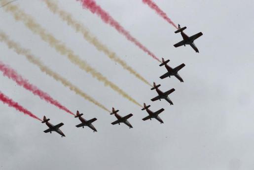 Las siete aeronaves de la patrulla Águila, durante el desfile del 12 de octubre, uno de los actos conmemorativos del Día de la Fiesta Nacional, en el que participan este año cerca de 4.000 soldados de los tres Ejércitos y la Guardia Civil, así como 152 vehículos.