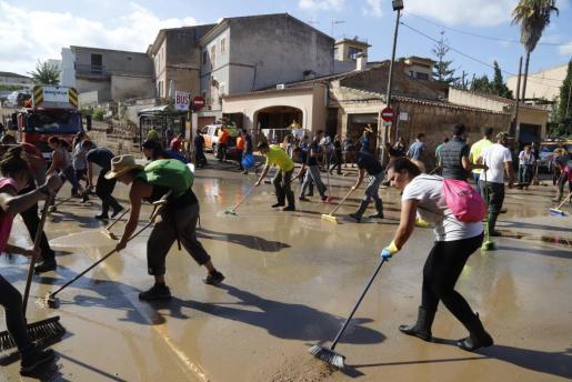 Numerosos voluntarios particpando este viernes en las labores de limpieza en Sant Llorenç des Cardassar.