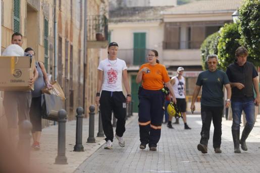 El ciclista, a la izquierda, junto con agentes de la Guardia Civil y miembros de Protección Civil.