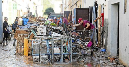 Muchos vecinos han perdido todos los muebles y enseres de sus viviendas tras la riada que azotó Sant Llorenç, Artà, s'Illot y Canyamel, en Mallorca