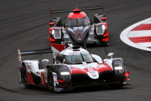 Fernando Alonso, en primer término, rodando con su Toyota en Fuji.