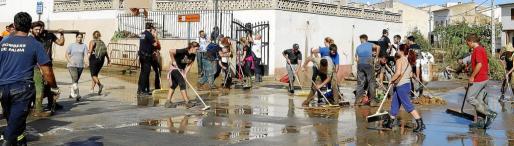 Unos mil trescientos voluntarios acudieron a ayudar en las tareas de limpieza en las zonas afectadas por la riada del martes.