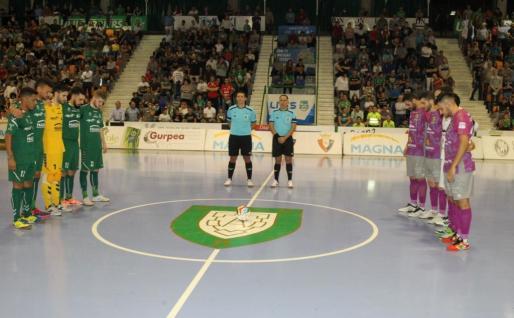 Los jugadores del Osasuna Magna Navarra y el Palma Futsal guardan un minuto de silencio por los fallecidos en el Llevant de Mallorca.