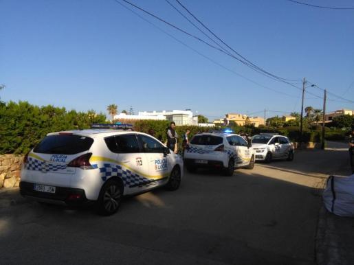 Algunos de los inmigrantes interceptados junto a los coches de la Policía Local.