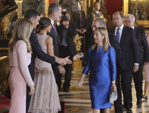 Los reyes Felipe VI y Letizia, junto al presidente del gobierno Pedro Sánchez y su mujer Begoña Gómez, durante la recepción en el Palacio Real con motivo de la fiesta nacional del 12 de Octubre, Día de la Hispanidad.