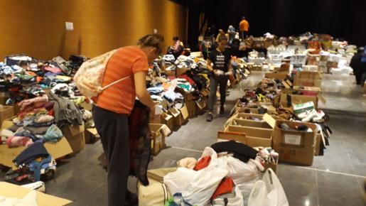 Los afectados siguen acudiendo este domingo a buscar todo lo que necesitan al espai 36.