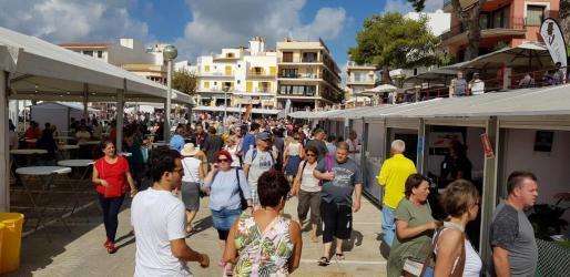 Los asistentes pudieron pasear entre los puestos para ver los platos que preparaban la veintena de restaurantes que este año participaban y decidir el menú.