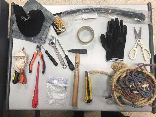 Objetos incautados al detenido por varios robos a golpe de hacha.