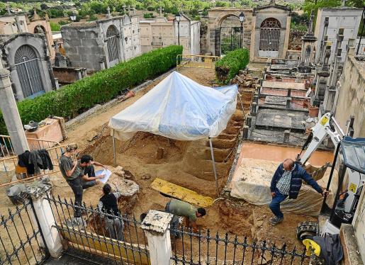 Una vez excavada la parte central de la antigua 'fossa de terra' del cementerio de Calvià, los arqueólogos procederán a inspeccionar los corredores laterales.